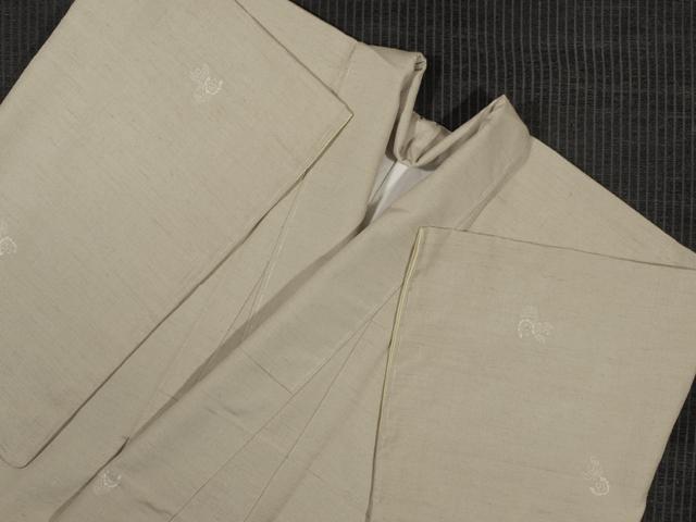 練色(ねりいろ)地 縦縞の地紋に福良雀文様の型染め 真綿紬 袷